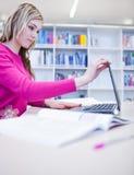 Allievo femminile con il computer portatile ed i libri Fotografia Stock Libera da Diritti