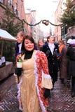 Allievo femminile con il vino della bottiglia Immagini Stock Libere da Diritti