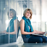 Allievo femminile con un computer portatile Fotografie Stock