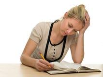 Allievo femminile faticoso che prepara per un esame Immagine Stock