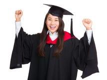Allievo femminile felice che celebra graduazione Fotografie Stock Libere da Diritti