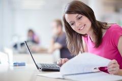 Allievo femminile grazioso con il computer portatile Fotografia Stock