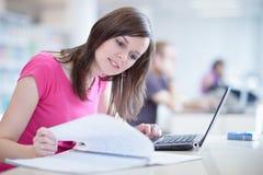 Allievo femminile grazioso con il computer portatile Fotografie Stock