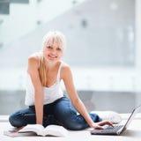 Allievo femminile grazioso con il computer portatile ed i libri Fotografia Stock Libera da Diritti