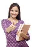 Allievo femminile indiano sorridente contro bianco Fotografia Stock Libera da Diritti