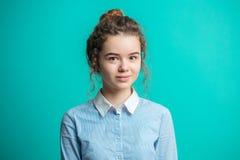 Allievo femminile piacevole con capelli in panino che esamina la macchina fotografica Fotografie Stock Libere da Diritti