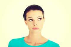 Allievo femminile premuroso che osserva in su Fotografia Stock