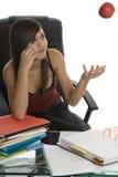Allievo femminile quando studiano con la mela Immagini Stock