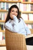 Allievo femminile sorridente con il libro Immagine Stock Libera da Diritti