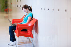 Allievo femminile sul campus universitario Immagine Stock