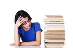 Allievo femminile triste con le difficoltà di apprendimento Immagine Stock