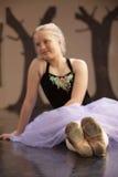 Allievo grazioso di balletto sul pavimento Fotografia Stock Libera da Diritti