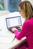 Allievo grazioso e femminile con il computer portatile Fotografie Stock