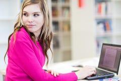 Allievo grazioso e femminile con il computer portatile Fotografie Stock Libere da Diritti