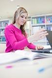 Allievo grazioso e femminile con il computer portatile Immagine Stock Libera da Diritti