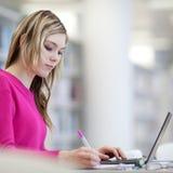 Allievo grazioso e femminile con il computer portatile e libri Fotografia Stock Libera da Diritti