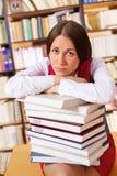 Allievo infelice nella libreria di università Fotografia Stock Libera da Diritti