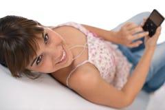 Allievo - l'adolescente femminile felice ascolta musica Immagine Stock