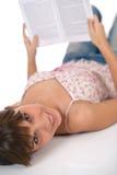 Allievo - l'adolescente femminile felice ha letto il libro Fotografia Stock