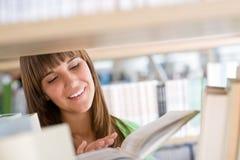 Allievo in libreria - la donna allegra ha letto il libro Immagini Stock
