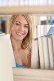 Allievo in libreria - libro allegro della stretta della donna Immagini Stock