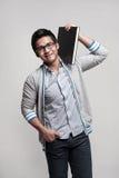 Allievo maschio asiatico che tiene un libro sulla spalla Immagine Stock Libera da Diritti