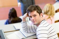 Allievo maschio che assiste ad un codice categoria all'università Immagini Stock Libere da Diritti
