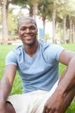 Allievo maschio dell'afroamericano sulla città universitaria Immagini Stock Libere da Diritti