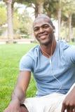 Allievo maschio dell'afroamericano sulla città universitaria Immagine Stock