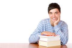 Allievo maschio felice sullo scrittorio con i libri Fotografia Stock Libera da Diritti