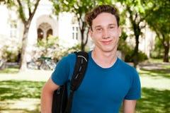 Allievo maschio sulla città universitaria Fotografia Stock