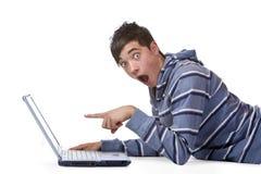 Allievo maschio trovato sorprendente sul calcolatore del Internet Immagine Stock Libera da Diritti