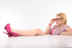 Allievo messo con i suoi piedi sulla tabella Fotografia Stock
