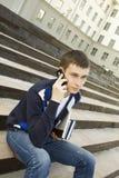 Allievo moderno che comunica su un telefono mobile Immagine Stock Libera da Diritti