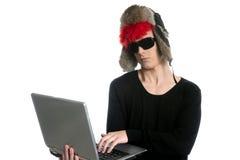 Allievo moderno del ragazzo con il cappello ed il computer portatile di inverno Fotografie Stock