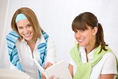 Allievo nel paese - la giovane donna due studia insieme Fotografia Stock