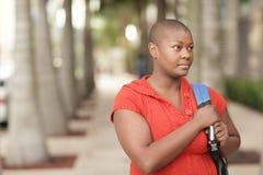 Allievo nero maturo con uno zaino Fotografia Stock Libera da Diritti