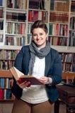 Allievo o bibliotecario sorridente Fotografia Stock