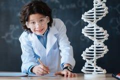 Allievo positivo che gode della classe di scienza in laboratorio Immagine Stock