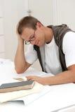 allievo sorridente della lettura maschio Fotografie Stock
