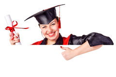 Allievo sorridente di graduazione che tiene un segno in bianco Fotografia Stock Libera da Diritti