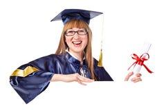 Allievo sorridente di graduazione che tiene un segno in bianco Fotografia Stock