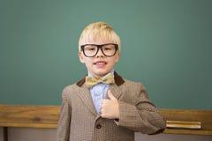 Allievo sveglio agghindato come insegnante in aula Immagini Stock