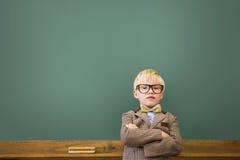 Allievo sveglio agghindato come insegnante in aula Fotografia Stock
