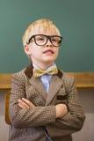 Allievo sveglio agghindato come insegnante in aula Immagine Stock
