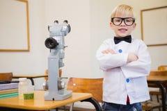 Allievo sveglio agghindato come scienziato in aula Fotografia Stock