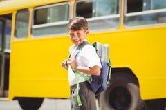 Allievo sveglio che cammina allo scuolabus Fotografie Stock Libere da Diritti