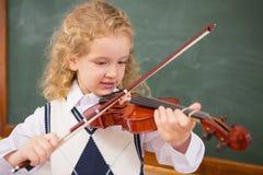 Allievo sveglio che gioca il violino Fotografie Stock