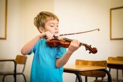 Allievo sveglio che gioca violino in aula Fotografia Stock