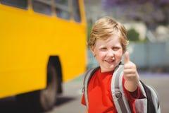 Allievo sveglio che sorride alla macchina fotografica in scuolabus Immagine Stock Libera da Diritti